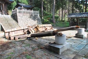 春の嵐で御手槻神社の鳥居が倒壊