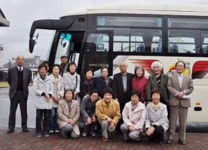 本紙30周年記念事業の一つ「被災地応援ツアー」に17人出発