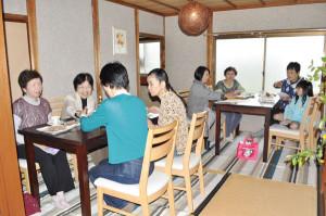 夕陽ケ丘のボランティア団体「食彩ねっと」がカフェを民家に移転し、ギャラリーも