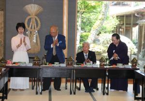 矢田作十路さんが日本南画院展で受賞し、祝賀会を行った