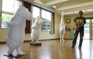 いこいの村・たからの里で松浦つかささんが、キリン、カバの造形展を来月15日まで開催している。
