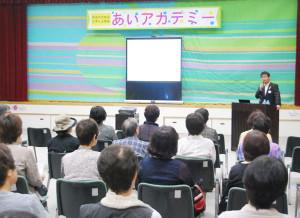 男女共同参画を考える講座が開講。同志社大の社史資料センターの調査員小枝弘和さんが講演した。