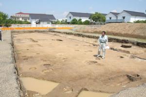 綾部バラ園の南側、グンゼの所有地で事前発掘調査が行われ、奈良時代の役所跡かと見られる堀立柱建物跡などが見つかった。