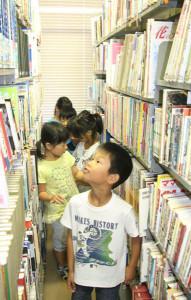 東陵小学校の3年生が市図書館を見学