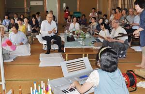 「音楽ボランティア講座」の今年度2回目の活動が20日に物部町で開かれ、「サロン山ぼうし」の参加者と交流した。