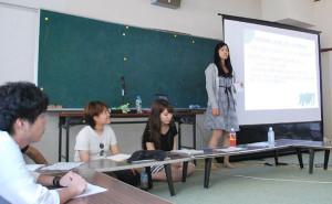 京大生が昨年度綾部市内で調査した万願寺とうがらしのフードシステムについて、市里山交流研修センターで報告された。