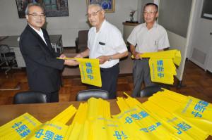 綾部交通安全協会が市教育委員会に「横断旗」を1千本寄贈した。