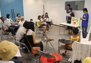 平和のための綾部戦争展がアスパで開かれ、綾高生らが紙芝居を披露した