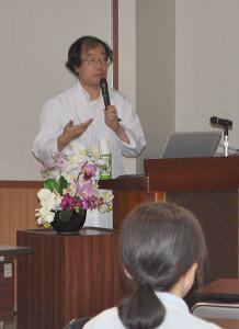 市立病院で「がんサロン」の公開講座が開かれ、がん患者やその家族など20人が参加した。