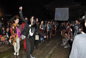 正暦寺で「ちりつもりて」というイベントが開かれ、ファッションショーや音楽で普段静かな寺は若者の活気にあふれた。