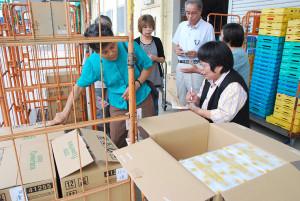綾部地区民生児童委員は高齢者宅を訪れる友愛訪問の時、暈が高く持ち運びしにくいティッシュペーパーを持参し喜ばれている。