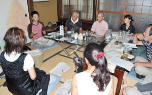 21日から綾部里山交流大学の講座が開かれ、「自分らしい生き方を実践している人」として書道家草刈さんらが講演した。