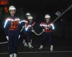 10月に横浜市で開催される全国女性消防操法大会に府代表として参加する市女性消防隊が山崎市長らから激励を受けた。