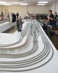 市民センター多目的ホールで「あやべ鉄道模型体験運転会」が行われ、大人も子どもも楽しんだ。
