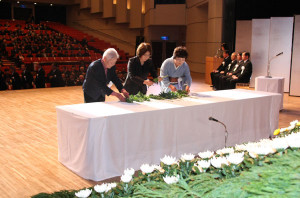 市戦没者追悼式が23日に開かれ、遺族や来賓約550人が市内の戦没者を慰霊した。
