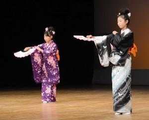 市総合文化祭の芸能発表が4日、府中丹文化会館で開かれ、市民らは大正琴や謡曲など各種のステージ発表を楽しんだ。