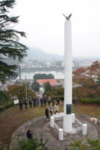 綾部地区自治会連合会は、昨年に引き続き紫水ケ丘公園内の「平和塔」で平和祈願祭を行った。