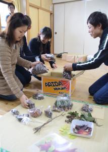 綾部ひまわり共同保育園は、原発事故で被災した福島県南相馬市の5保育園に綾部産の物品を送った。