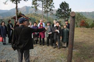 上林平入家の末裔の一行が16日、初めてツアーとして上林地域を巡り、ルーツをたどった。