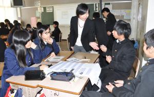 綾部中学校で3年生対象に金融テーマの授業が行われた。