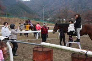 位田町のふれあい牧場では、年賀状用の写真を馬と一緒に撮りたい人のために、初の撮影会が行われた。