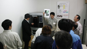 綾部商議所が北部産業支援センターで3Dプリンターの活用法のセミナーを開いた。