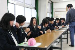 綾部高校の農業科の生徒が、本格的ルールで「茶香服」に挑戦した。