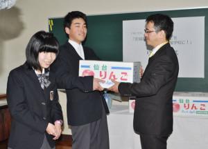 台風18号で被害のあった府立中丹支援学校にエムエムあやべが宮城県のりんご150個を贈った。
