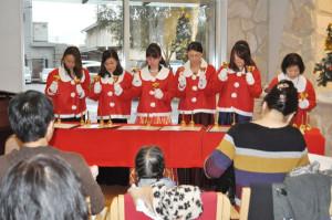 綾部ルネス病院でクリスマスコンサートが開かれ、大阪音大卒業生がピアノやバイオリンを演奏した。