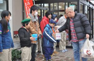 日本ボーイスカウト綾部第2団が宮代町のマツモト綾部店の前で歳末たすけあい運動の募金活動に励んだ。