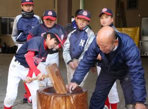 野球チーム「中筋ジャガーズ」は12日初練習し、練習後餅つきで交流した