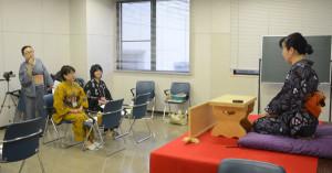 桂三扇さん講師の落語教室受講生による「おさらい会」が2月1日と7日に開かれる。受講生は本番に向けて練習を重ねている。