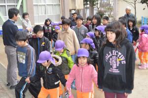 中筋小学校の5年生が今春入学予定の園児らを招いて、校内を案内するなどした。
