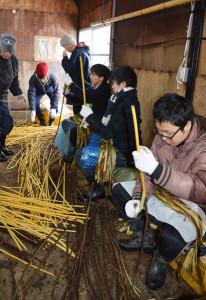 立命館大学の学生16人が2泊3日で白道路町に滞在し、楮の皮むき作業や伝統行事の初午祭を手伝うなどした。