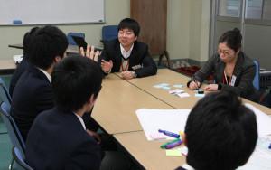 市の委託を受けて、「あやバス」の利用状況などを行っている「バス交通活性化支援グループ」が綾高で高校生の意見を聞くワークショップを行った。