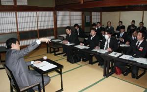 府の岡西知事と市内の5青年団体の代表らが意見交換する「わいわいワークショップ」が27日に開かれた。