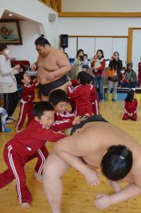 綾東幼児園に26日、日本相撲協会の力士3人が来園。園児らと相撲をとるなどして触れ合った。