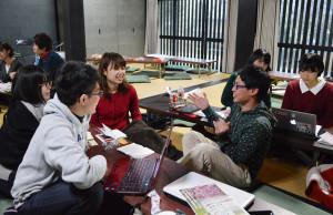 将来マスコミ関係の就職を希望する立命館大学の学生らが、綾部に滞在し、里山地域を歩いて取材活動するフィールドワークに励んだ。