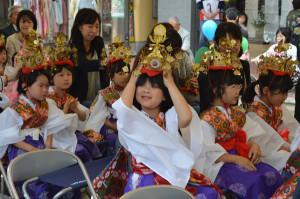 綾部町区仏教会主催「花まつり」が西町アイタウンで開催されたが、雨を考慮して稚児行列は取りやめになった。