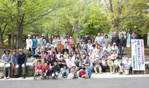 天理教綾部支部の信者120人が紫水ヶ丘公園で1時間半清掃を行った