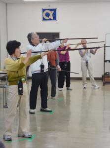 全国的に愛好者が増えているスポーツ吹き矢の体験会が市内で初めて開かれた