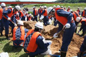 府消防協会綾部市支部による水防訓練と機関員研修会が市東綾公園と第1市民グラウンドで開かれた。