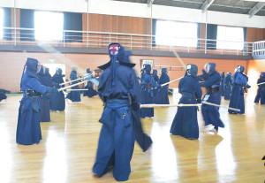 綾部剣道連盟は5月31日と6月1日に市武道館で夏季稽古会を行った。