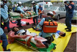 今後高速道路の交通量増加に伴い、車の多重事故を想定して、市消防本部は5日市立病院と合同の救急救助訓練に取り組んだ
