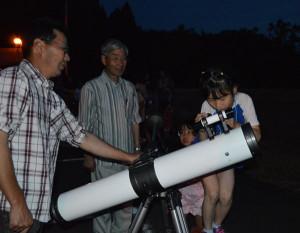 市天文館パオ主催の初めての「移動天体観望会」が7日夜物部町で開かれた。