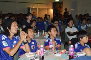 サッカーワールドカップの日本代表の初戦が行われた15日、I・Tビルで、大勢が大スクリーンで観戦するパブリック・ビューイングに100人が参加した。