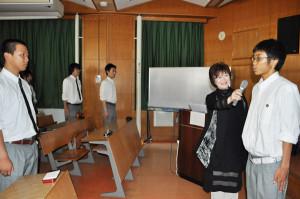 綾高で13日、就職希望の3年生たちが外部講師から面接で大切なことを学ぶ特別授業を受けた。