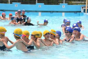 市内で最も早いプール開きが16日、志賀小で行われた。