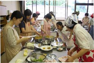 綾部国際交流協会によるネパール料理の講習会が6日、宮代町の宮代コミュニティセンターで開かれ、女性中心の22人が、ネパール出身で市内在住のリサール・サンジュさん(25)から料理を教わった。