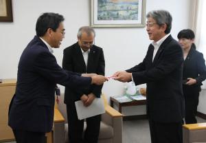 市教委は18日、京セラから380万円分の図書の寄贈を受けた。創立55周年の記念事業の一環。